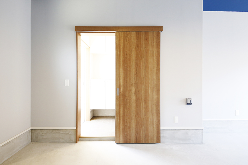 【Garage Villa Yonezu】105号室_ガレージ_居住玄関へのドア_MG_0803