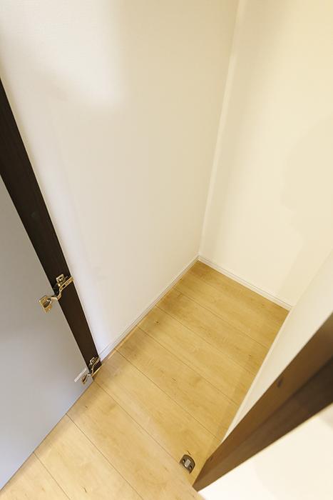 【Garage Villa Yonezu】105号室_キッチン・洋室のクローゼット収納_MG_1464