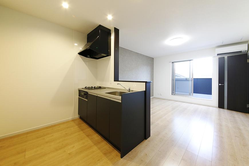 【Garage Villa Yonezu】107号室_キッチン・洋室_全景_MG_1453