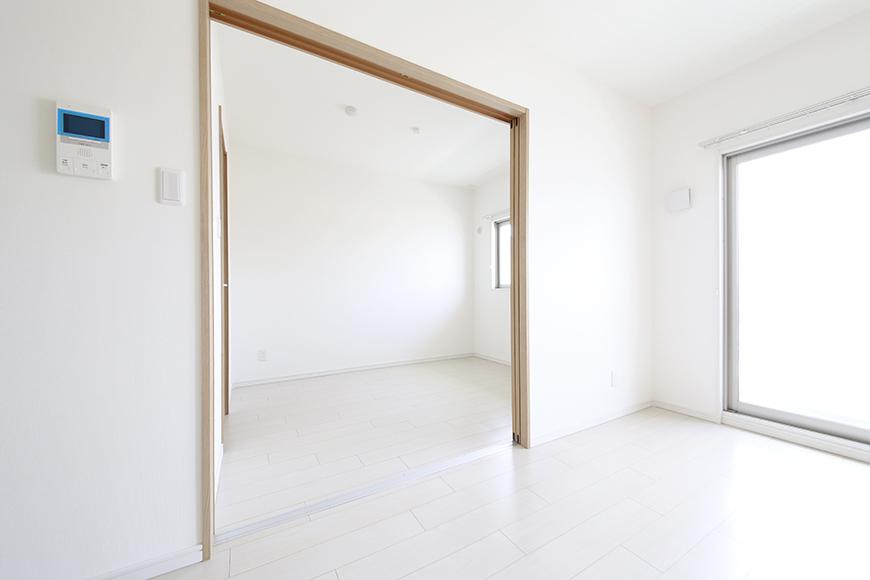 【フェリーチェ】405号室_リビングから洋室へ_MG_9931
