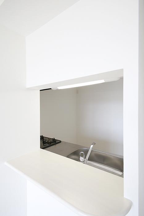 【フェリーチェ】405号室_キッチン周り_半個室のキッチンにはカウンタ有り__MG_9952