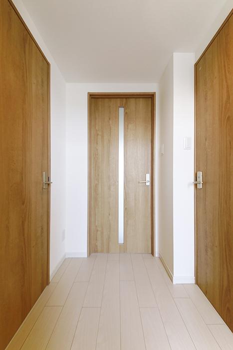 【フェリーチェ】405号室_玄関から廊下_水周り・LDKへのドア_MG_9654