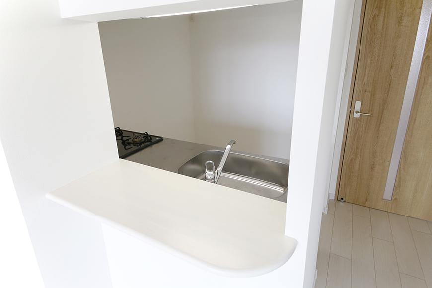 【フェリーチェ】405号室_キッチン周り_半個室のキッチンにはカウンタ有り_MG_9941