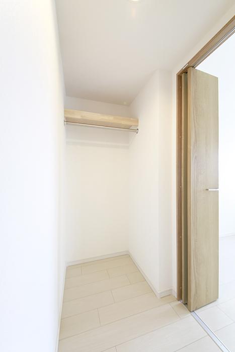 【フェリーチェ】405号室_洋室_ウォークインクローゼット収納_MG_9906