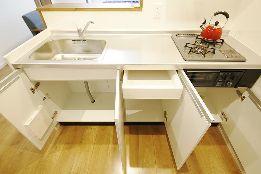 【Garage Villa Yonezu】105号室_キッチン周り_足もと収納_MG_1046