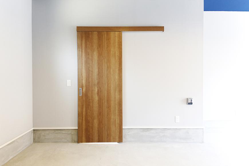 【Garage Villa Yonezu】105号室_ガレージ_居住玄関へのドア_MG_0796