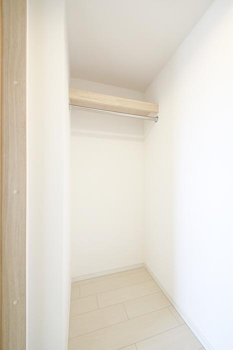 【フェリーチェ】405号室_洋室_ウォークインクローゼット収納_MG_9902