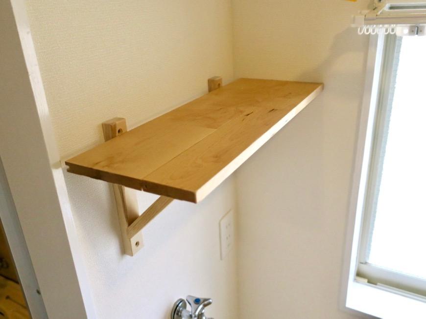 無垢の棚つき。洗濯機置き場。OMOS メイプルハウス201号室1