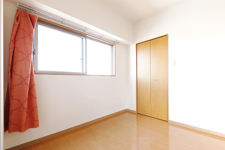 【ジョイ桜本町】301号室_洋室_ウォークインクローゼットへのドア_MG_2563