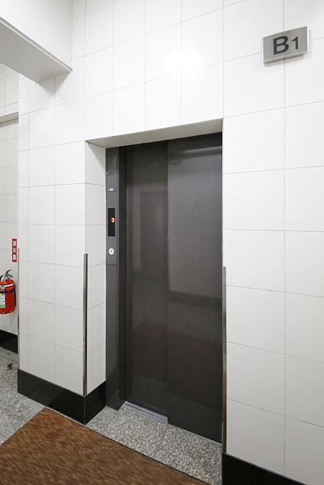【ジョイ桜本町】地下駐車場_エレベータ_MG_2745
