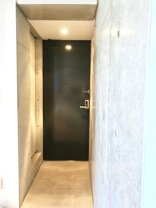 照明の光が綺麗な玄関。BAUWERK(バウヴェルク)302号室2