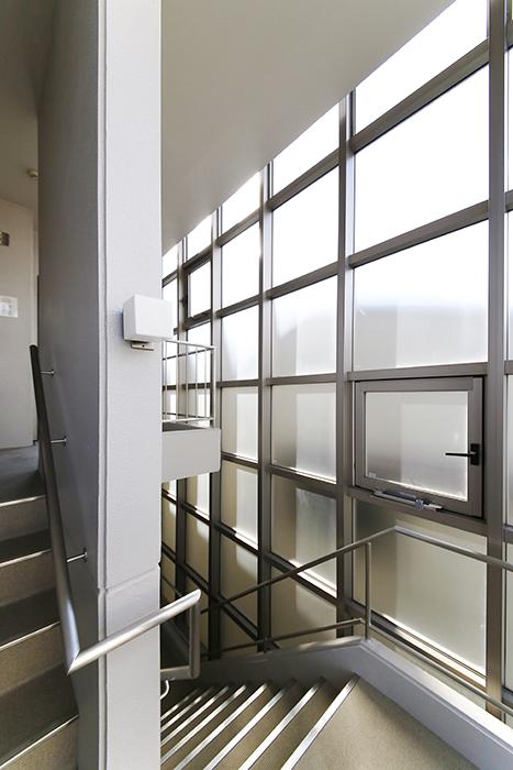 【ジョイ桜本町】共有部_301号室への階段_MG_2602