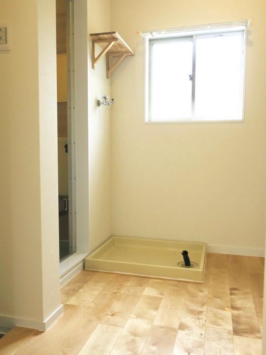 無垢の棚つき。洗濯機置き場。OMOS メイプルハウス201号室0