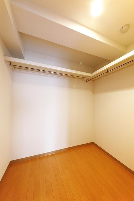 【ジョイ桜本町】107号室_洋室_ウォークインクローゼット_MG_1953