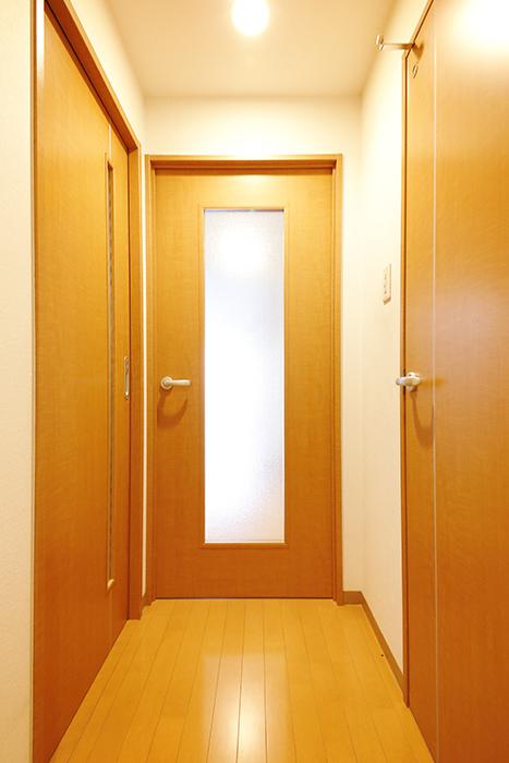 【ジョイ桜本町】107号室_玄関から廊下へ_MG_1654