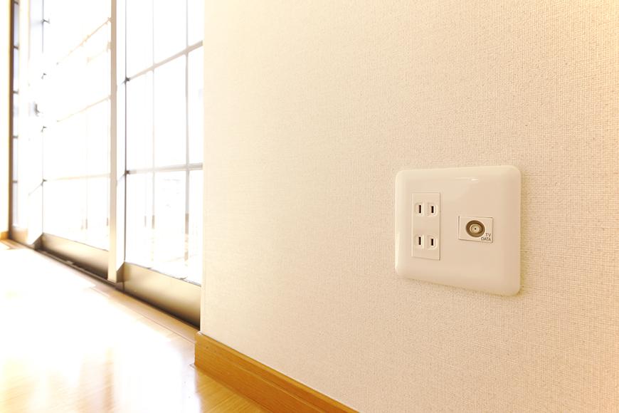 常滑【ゲーブルルーフ】102号室_1階_南側の窓周辺の電源コンセント_MG_4272