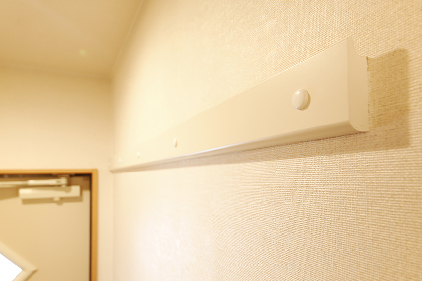 常滑【ゲーブルルーフ】102号室_1階_玄関周り_ハンガー用バー_MG_3873