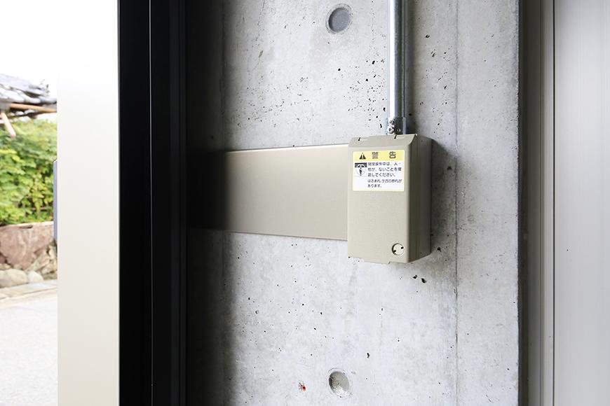 【01/HY】6号室_一階_ガレージ_電動シャッター・照明のリモコン_MG_2162
