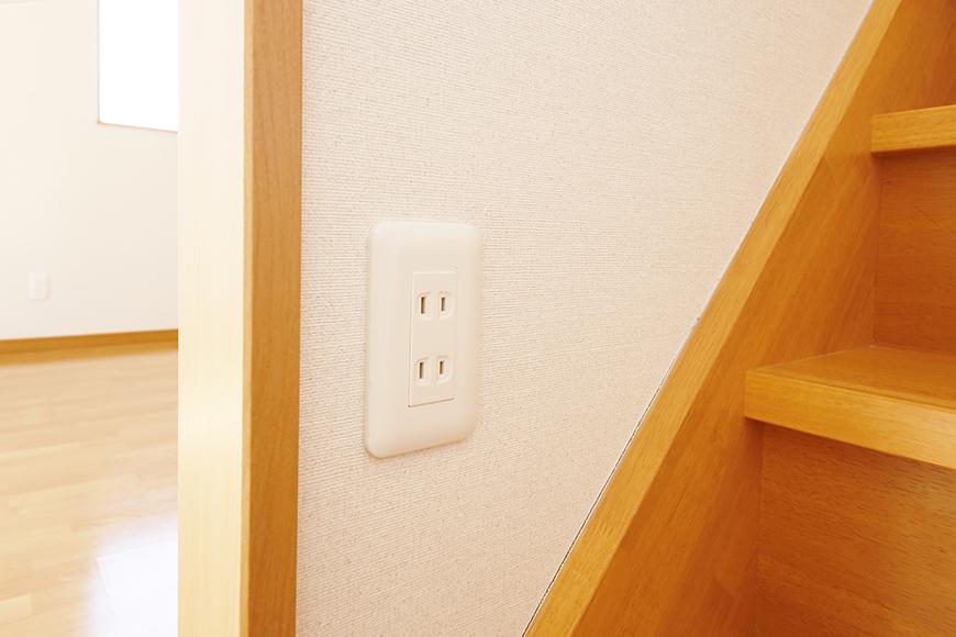 常滑【ゲーブルルーフ】102号室_1階から2階への階段途中にも電源コンセント_MG_3894