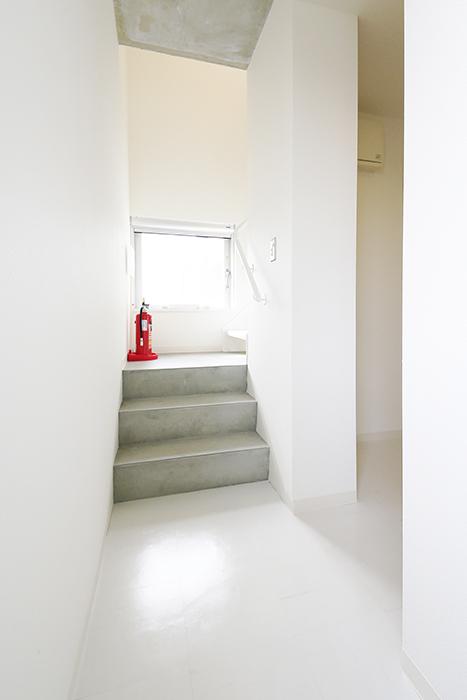 【01/HY】6号室_二階から三階への階段_MG_2373