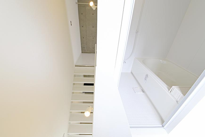 【01/HY】6号室_三階への階段・バスルーム_MG_2544