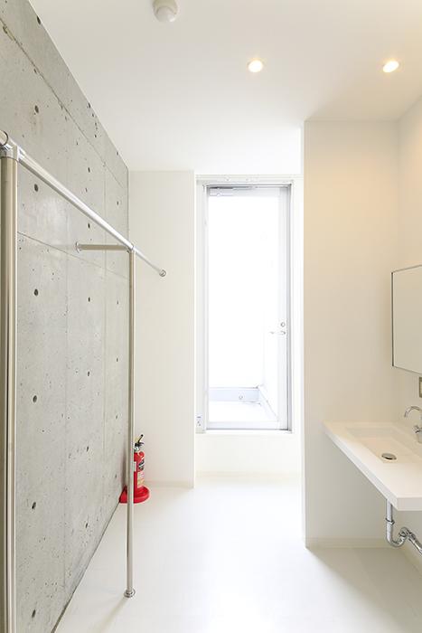 【01/HY】6号室_三階_ハンガーパイプ・独立洗面台_MG_2401