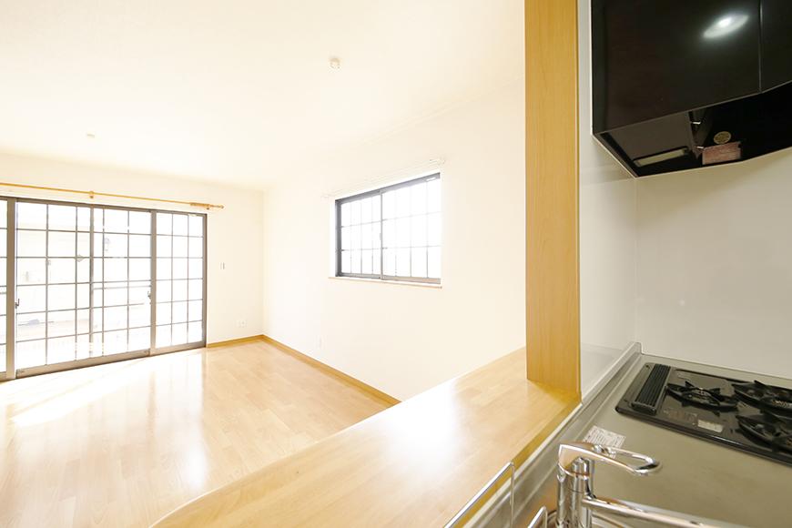 常滑【ゲーブルルーフ】102号室_1階_LDK_キッチン周り_キッチンからリビングへの眺め_MG_4426