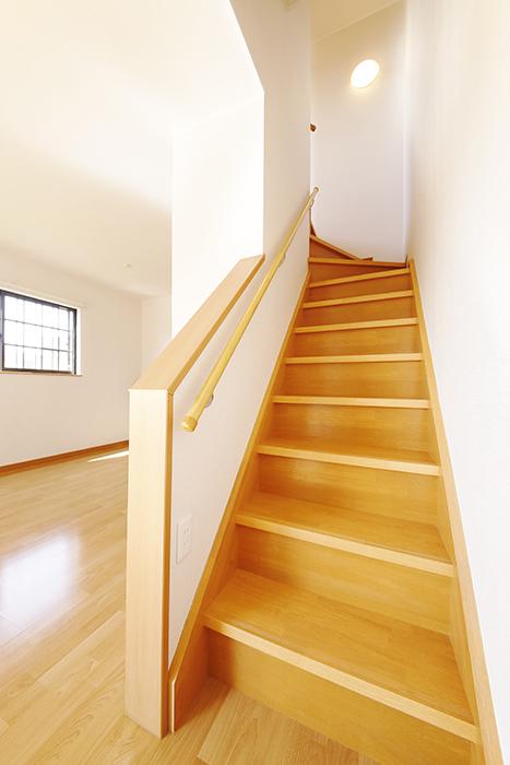 常滑【ゲーブルルーフ】102号室_1階から2階への階段_MG_3891