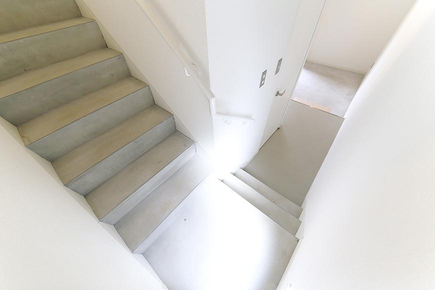 【01/HY】6号室_一階から二階への階段_MG_2254