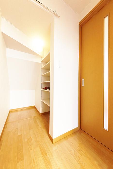 常滑【ゲーブルルーフ】102号室_1階_玄関周り_シューズボックスとLDKへのドア_MG_3837