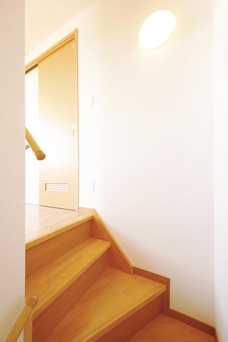常滑【ゲーブルルーフ】102号室_1階から2階への階段_MG_3898