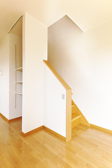 常滑【ゲーブルルーフ】102号室_1階から2階への階段_MG_4265