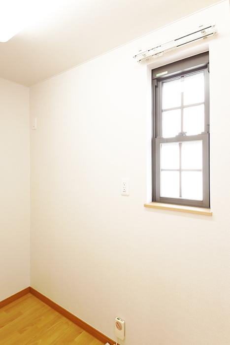 常滑【ゲーブルルーフ】102号室_1階_LDK_キッチン周り_キッチン背後・北側の窓_MG_4346