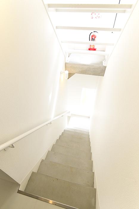 【01/HY】6号室_一階から二階への階段_MG_2339