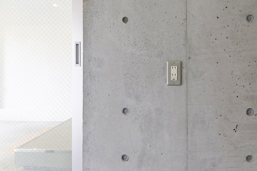 【01/HY】6号室_一階_ガレージ_玄関入り口付近に電源コンセント_MG_2159