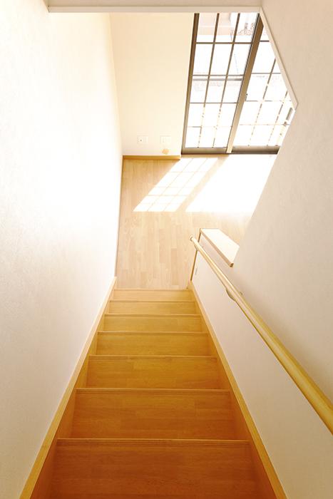 常滑【ゲーブルルーフ】102号室_1階から2階への階段_MG_4152