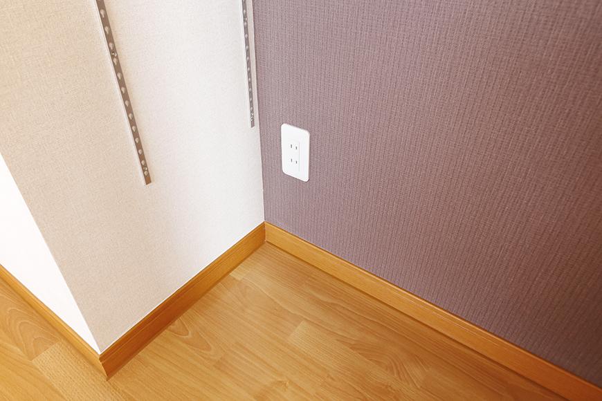 常滑【ゲーブルルーフ】102号室_1階_リビングスペース_可動棚_足もとに電源コンセント_MG_4248