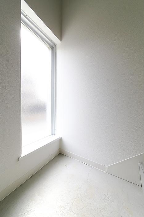 【01/HY】6号室_一階から二階への階段_MG_2241
