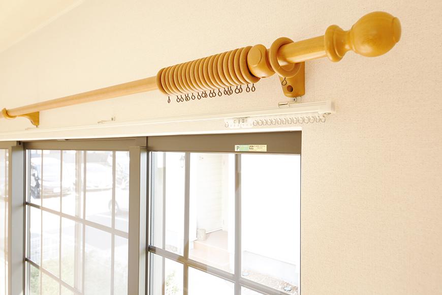 常滑【ゲーブルルーフ】102号室_1階_南側の窓のカーテンレール_MG_4175