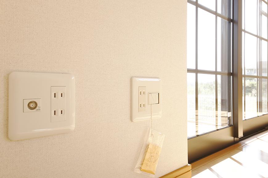 常滑【ゲーブルルーフ】102号室_1階_南側の窓周辺の電源コンセント_MG_4180
