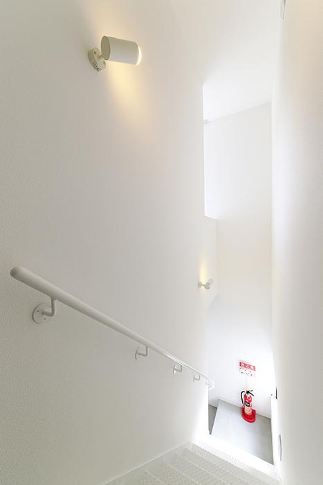 【01/HY】6号室_二階から三階への階段_MG_2388