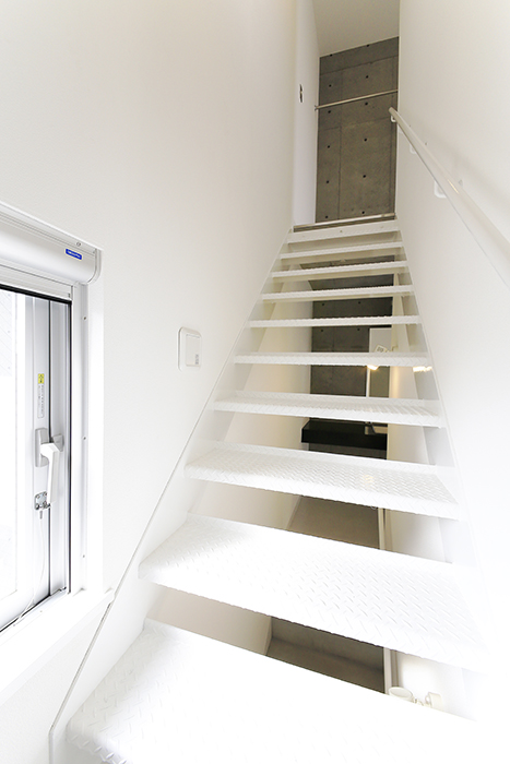 【01/HY】6号室_二階から三階への階段_MG_2381