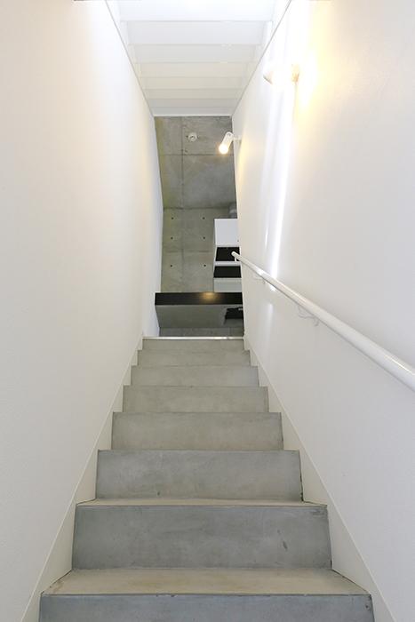 【01/HY】6号室_一階から二階への階段_MG_2250
