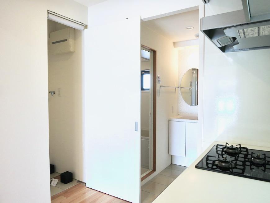 洗濯機置き場には目隠し用ロールスクリーンつき。AZUR JOSAI 2A 0