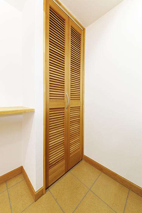 【ドヌール諏訪】203号室_LDK_キッチン周り_コンロの背後に収納完備_MG_5814