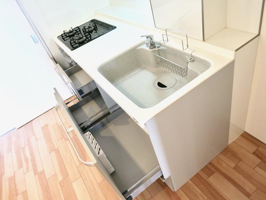 鮮やかなホワイトのキッチン台。AZUR JOSAI 2A 0