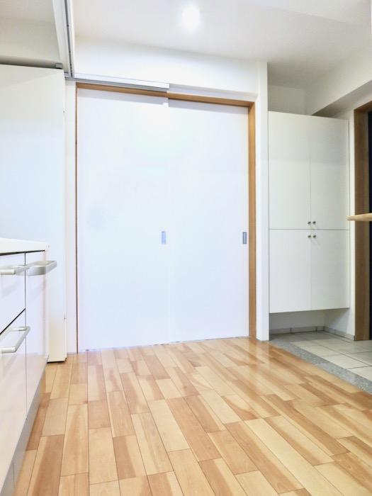 稼働扉付きキッチンスペースでスタイリッシュにお部屋を使う。AZUR JOSAI 2A 1