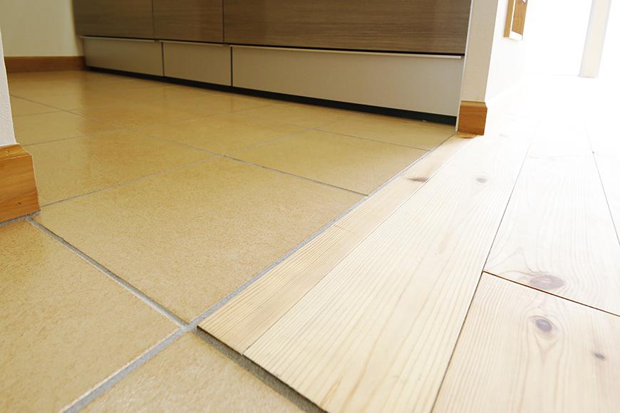 【ドヌール諏訪】203号室_LDK_キッチン周り_段差のないフラットな床_MG_5935