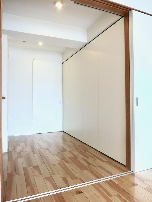 稼働扉付きキッチンスペースでスタイリッシュにお部屋を使う。AZUR JOSAI 2A 3