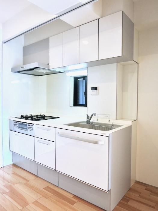 鮮やかなホワイトのキッチン台。AZUR JOSAI 2A 5